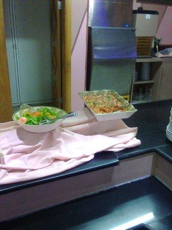 Capitol Hotel: Скудный ассортимент салатов