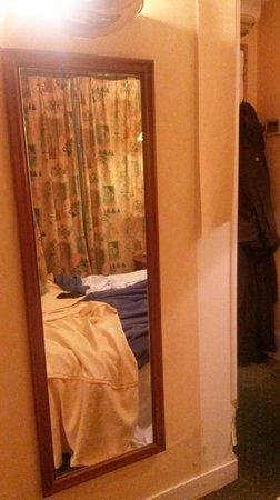 Prince Hotel: Верхнюю одежду вешали на дверные петли