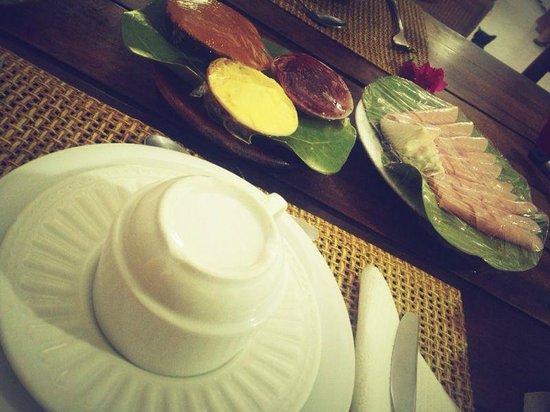 Posada Los Corales: Desayuno listo... dulce, salado y sorpresa (pasteles, empanadas caseras, etc)
