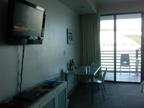 Heat Hotel: Table and TV