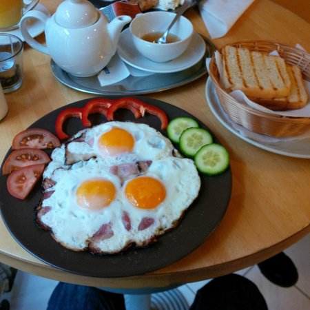 Cafe 87 : Eggs with bacon and toast