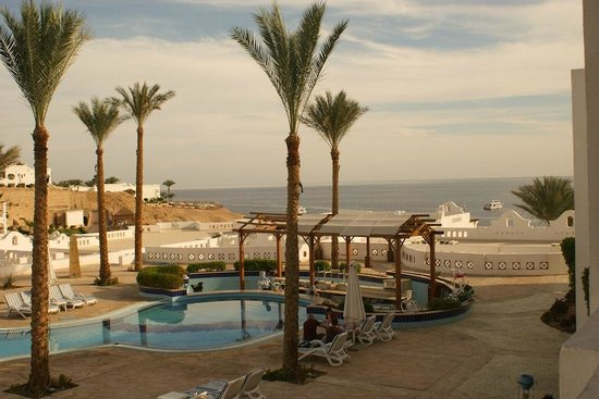 Continental Plaza Beach Resort: view from room towards the beach and red sea