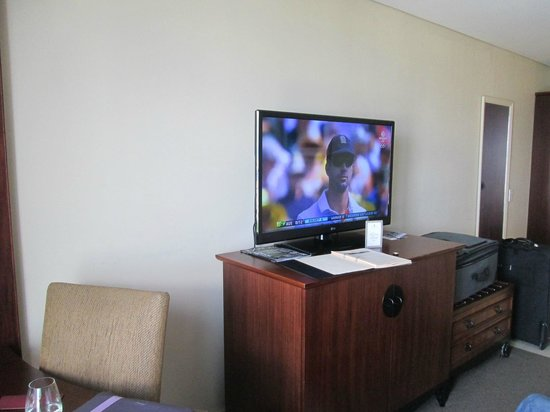 Copthorne Hotel Auckland City: Desk and TV