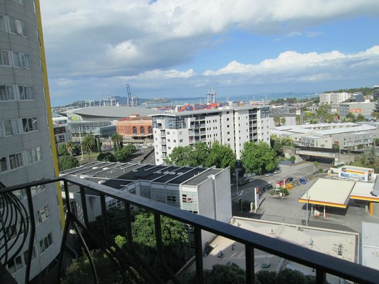 Copthorne Hotel Auckland City: This was our harbour view from the eigth floor
