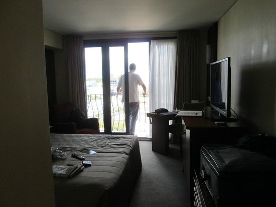Copthorne Hotel Auckland City: Looking through the room to the standing only balcony