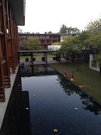 Anantara Chiang Mai Resort: blick von der Lounge in den Garten am Abend