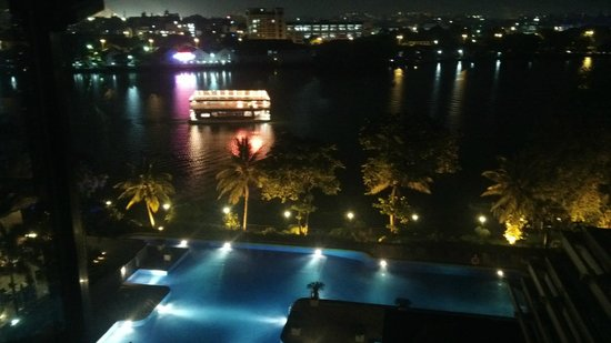 Cinnamon Lakeside Colombo: View from room, floating restaurant and swimming pool