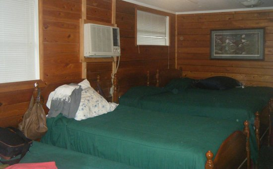 Suwannee, FL: Second night needed stove - switched cabins - 4 twins and a private dbl room in the front