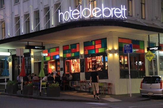 Hotel DeBrett : Outdoor bar area at night