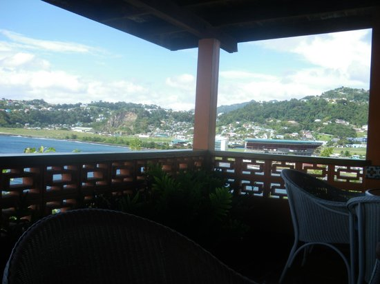 Grand View Beach Hotel: The lunch time veranda and out-side bar with views across the bay towards the town.