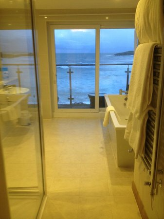 Fistral Beach Hotel and Spa : have a soak and look at the view