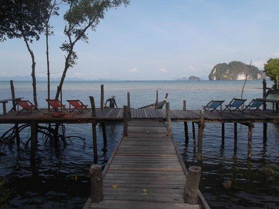 Bananas Bungalows : Dock at high tide