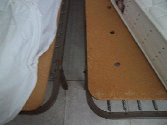 Boix Mar Hotel: Planche de bois comme sommier