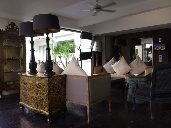 The Akmani Legian: Sitting area in the lobby