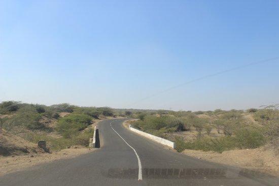 way to Narayan Sarovar
