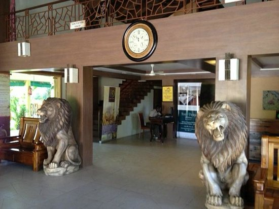 The Fern Gir Forest Resort : Hotel lobby with lion statues