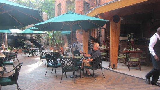 Park 10 Hotel: de patio waar het ontbijtbuffet geserveerd wordt