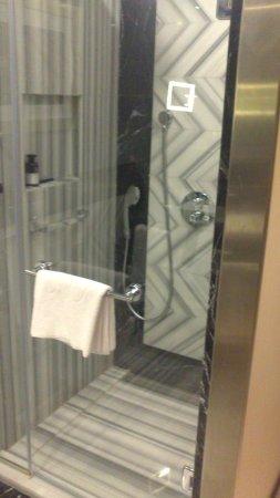 Radisson Blu Hotel, Istanbul Pera: Marble shower