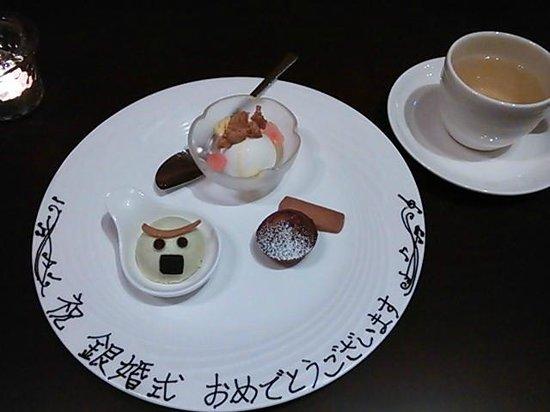 Komatsukan Kofutei : プレゼントのスイーツ