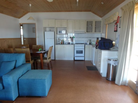 Coachhouse Marina Resort: kitchen/ lounge/dining