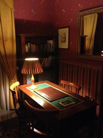 Hotel Villa Romeo: Scrittoio sala lettura