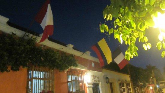 Hotel 3 Banderas: de drie vlaggen boven de ingang van het hotel