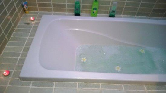 Iyara Beach Hotel & Plaza: the lovely cermaic bath