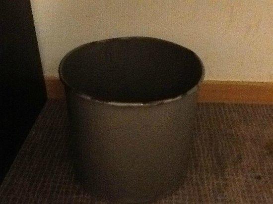 Novotel Barcelona Cornella: trash bin in the room