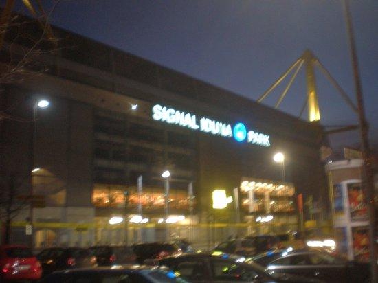 Signal Iduna Park: Il Signal Iduna di notte