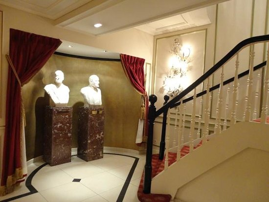 Hotel Metropole: 朝食エリアへの階段下