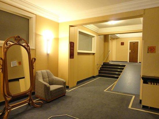 Hotel Metropole: エレベーターホール