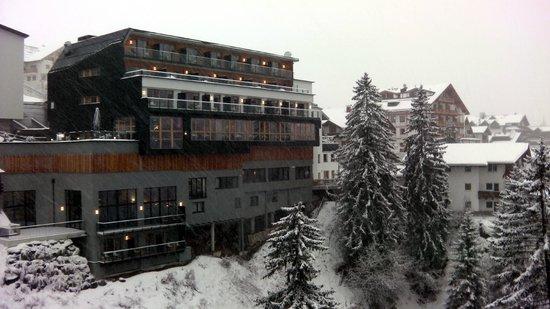 Alfa Hotel : вид на гостиницу с моста