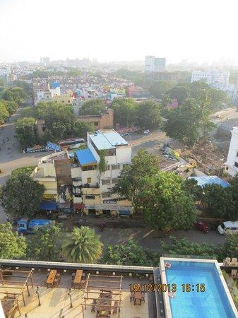 Ramada Chennai Egmore: Вид из номера (внизу - бассейн и один из ресторанов)