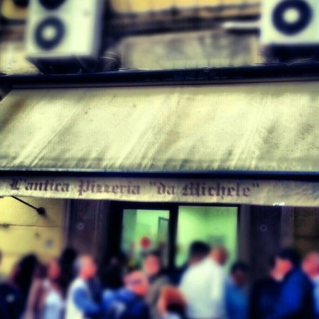 L'Antica Pizzeria da Michele: fila fuori al locale