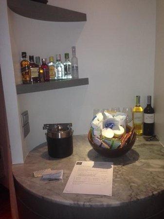 LiT BANGKOK Hotel : mini bar area