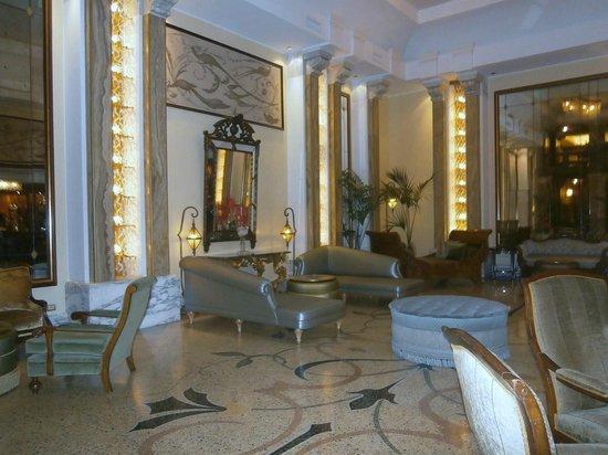 Grand Hotel Savoia: Un des nombreux salons