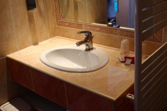 Hotel Panda: Bathroom