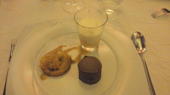 Auberge Du Prevoux : Fondantau chocolat, glace passion, sablé