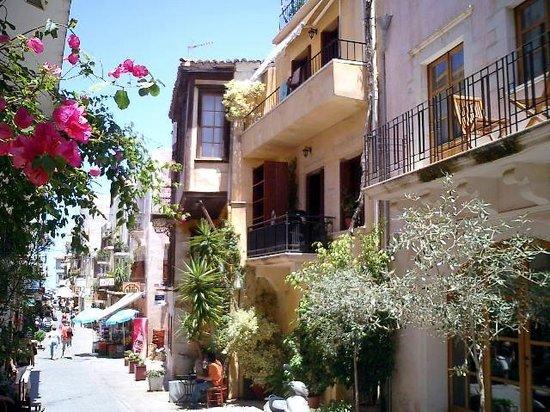 sch ne balkone bild von chania old town walks. Black Bedroom Furniture Sets. Home Design Ideas