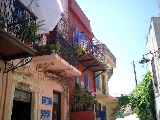 sch ne balkone foto di chania old town walks. Black Bedroom Furniture Sets. Home Design Ideas
