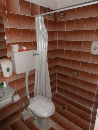 Hotel Eden: Тесная туалетная комната