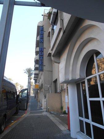 Hotel Eden : Отель с улицы