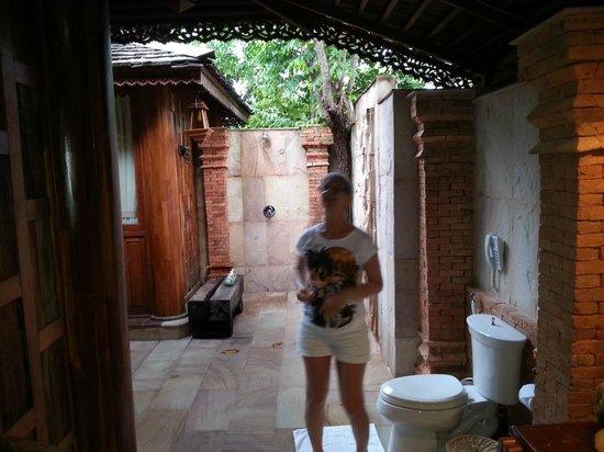 Santhiya Koh Phangan Resort & Spa: doccia