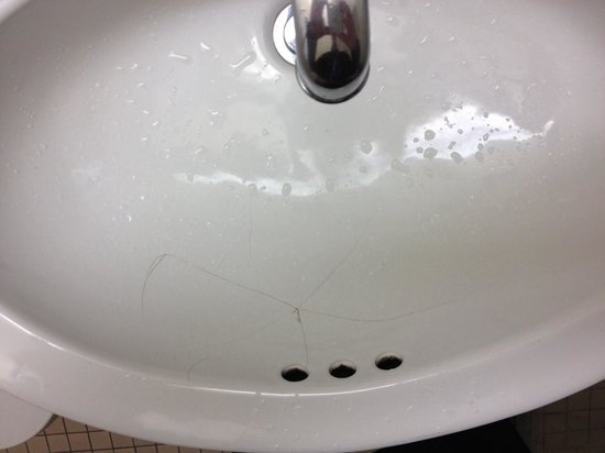 The Roosevelt Hotel : Cracked sink