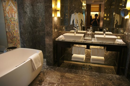 Deluxe suite bathroom picture of siam kempinski hotel for Best boutique hotel bathrooms