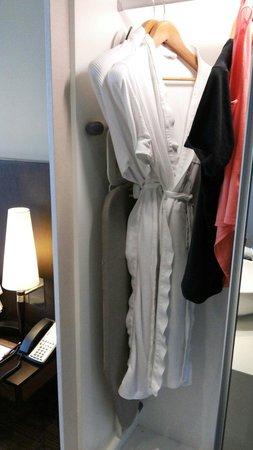 Park Regis Singapore: Bathrobe, ironing facilities, and slippers