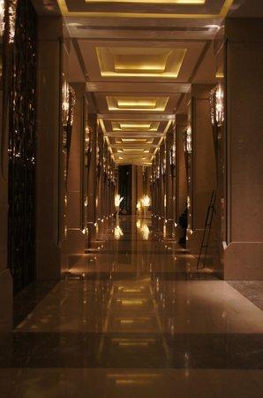 Siam Kempinski Hotel Bangkok: Grand hallways