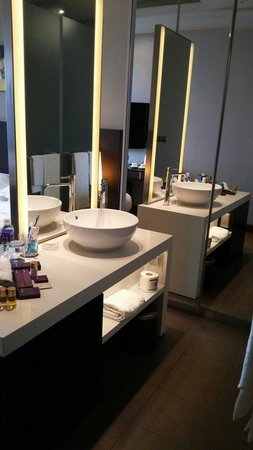 Park Regis Singapore: Washbasin and bathroom amenities