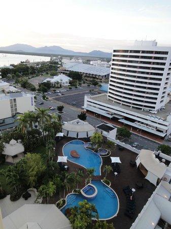 Pullman Cairns International : 部屋からプールを望む