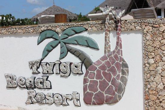 Clubviaggi Resort Twiga Beach & SPA : Marchio Twiga sul muro esterno della piscina